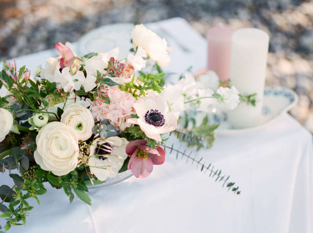 centerpiece of flowers on the weding table