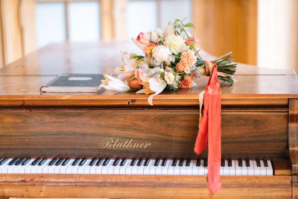 bouquet de la mariée sur piano