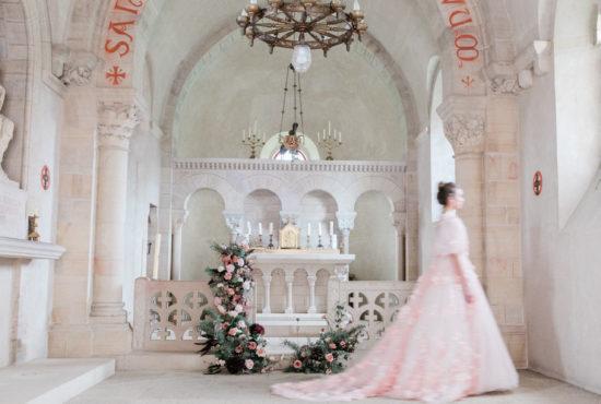 Détail robe de mariée rose chateau de varennes en bourgogne