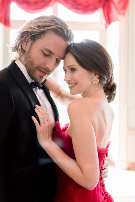 Mariée en robe rouge pour son mariage au chateau de Villette à Paris