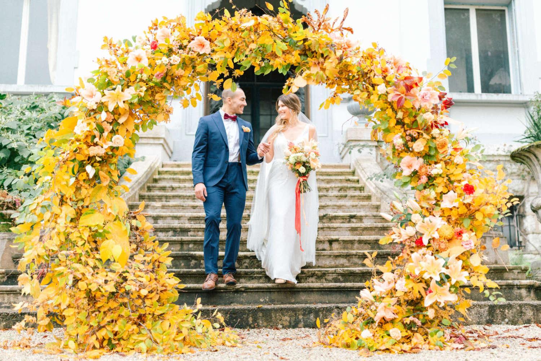 mariés et arche de cérémonie laique